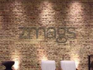 Skilt med logo i udskårede bogstaver i aluminium
